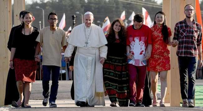 il-papa-con-i-giovani