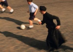 sacerdote-gioca